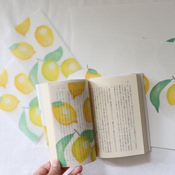 半透明のれもんの栞です。栞にしては大判のハガキサイズで、文庫本よりほんの少し小さいくらいの大きさ。ページを丸ごと覆うみたいに、ちょうどよく使えます。挟んだときの文字の透ける様子がなんとも美しいですね。
