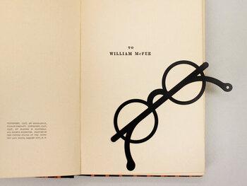 めがね好きさん、これ愛用したくありませんか?「めがねだ!」と思わず手に取りたくなっちゃう、大胆でおしゃれなデザインの栞です。文庫本に収まるほどよい大きさで、つるの先の穴に紐を通すことができます。