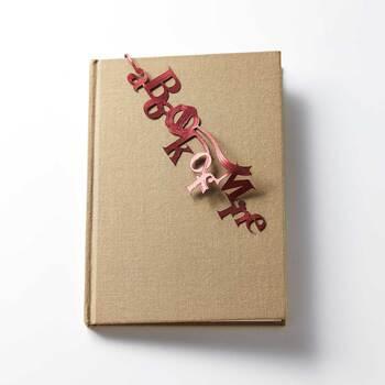 高品質の日本製リボンで作られた、光沢感が美しい栞。背表紙に垂らして使えば、まるでネックレスのように本を飾ってくれます。本棚が一気ににぎやかになりそうな、他にはないユニークな栞です。
