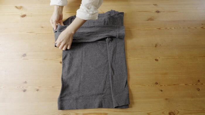STEP③ 左袖を反対の身丈に合わせて折る STEP④ 襟元を基点にして、左身丈を折る