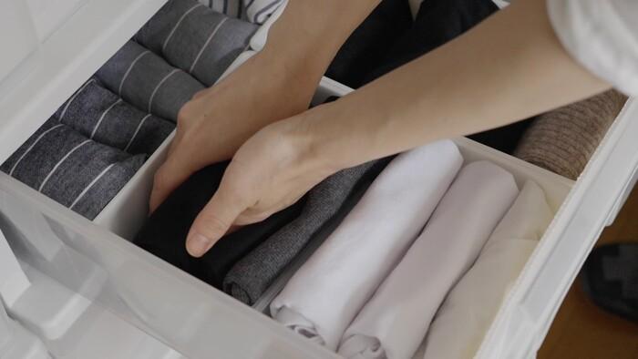 インナーとして着用することが多いタンクトップは、色がグラデーションになるように収納します。今日着る洋服の色に合わせて選びやすく(出しやすく)しておくのも大切ですね。