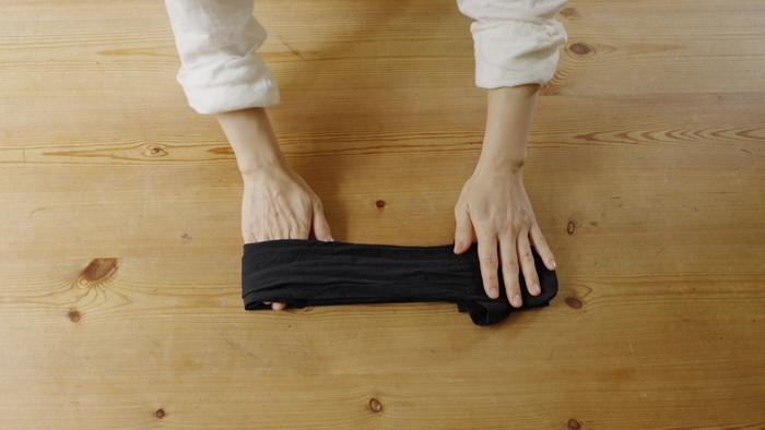 STEP③ つまさきが端にくるように半分に折る