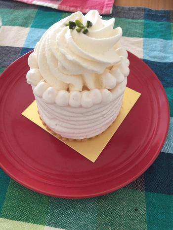 メレンゲの中に杏のアイスとミルクアイスが入っているアイスケーキ。さっぱりした甘みのある杏。大きめなメレンゲはふんわり軽くてあっという間に食べられます。底のタルト生地との相性も抜群で、何度も食べたくなるケーキです*