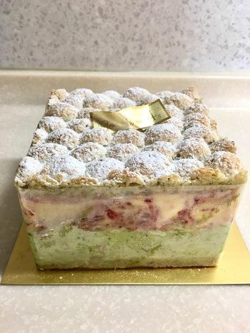 こちらは12cm角サイズのミルフィーユ風のアイスケーキ。サクサクのパイの中にはアイスがたっぷり。甘いアイスと塩気のあるパイ、苺の酸味が絶妙に組み合さった1品です。誕生日ケーキとしても喜ばれそうですね*