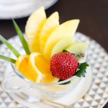 冷たいアイスの上にさっぱり季節のフルーツを盛り付けて、旬の味をいただきたい。フルーツもおしゃれにカットして盛り付ければ、アイスケーキも豪華に仕上がります。フルーツを凍らせて、ひんやりいただくのも良さそうです*