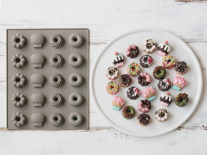 シリコン素材のチョコモールドは、溶かしたチョコを入れて冷蔵庫で固めるだけで、簡単可愛いミニチョコが作れます♪カラーのチョコを組み合わせてカラフルに仕上げれば、ポップな見た目のアイスケーキに*チョコ単体でもプレゼントに喜ばれそう。
