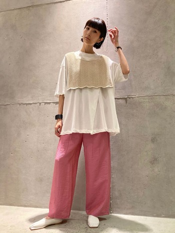 存在感あるピンク色のイージパンツ。ロングTシャツにニットベストを重ねて、白の分量を重めにしたことで、甘くなりすぎず、クリーンな仕上がりに。フラットシューズも白で合わせて、足先まで色の統一感を持たせたのもポイントです。