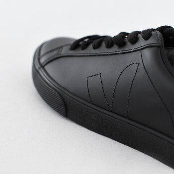 エコレザーは履きこむほどに、足に馴染み、自分だけの一足として育っていきます。整然と並んだ靴紐とさりげないVの字のステッチが見える横顔もクール。年齢を問わず履けるスニーカーですね。