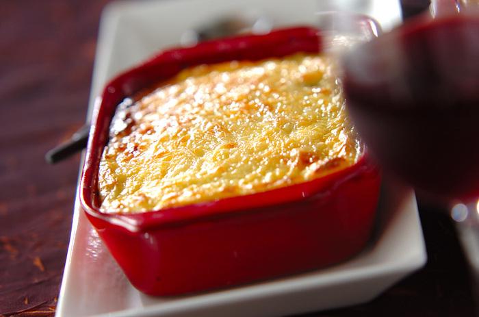 このレシピでは、ナスやトマトのほか、玉ねぎやセロリなどもふんだんに使っています。ひき肉は牛を使用しており、ナスの相性も抜群。写真のようなおしゃれな耐熱容器で焼いて、おもてなし料理にもおすすめです。