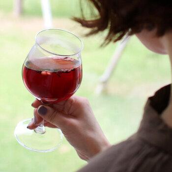 電子レンジや食器洗い乾燥機にも対応だから、気軽に使えるのもうれしいポイント。普段使いからおもてなしまで、幅広く活躍してくれそうですね。  おすすめのワイン:赤ワイン(ボルドー) 食洗機:〇 高さ:170㎜