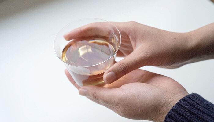 あまりにも繊細で、すぐに壊してしまいそうに見えるかもしれません。でも、手に取ると意外としっかりした質感で、普段使いのコップとして気軽に使えるグラスです。ハンドメイドのグラスにしては珍しく、スタッキングもできますよ。  おすすめのワイン:白・軽めの赤ワイン 食洗機:× 高さ:76㎜