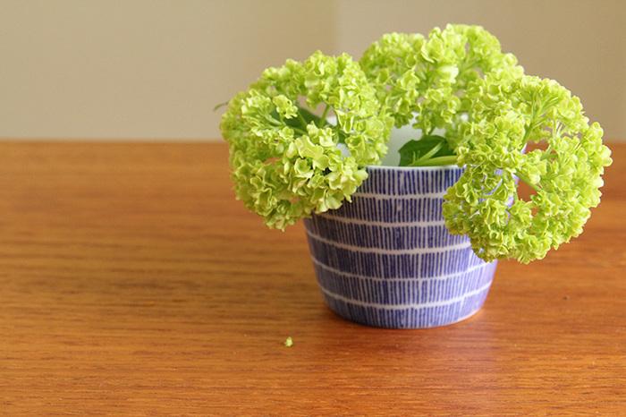 食事の時だけでなく、花器として飾るのもおすすめです。茎を短めにカットして入れると、バランスが良いですよ。手軽に花のある暮らしを楽しめそう!