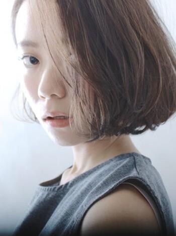 ワンレンボブとは「ワンレングスボブ」の略で、前髪と後ろの髪を同じくらいの長さに揃えたヘアスタイルのことをいいます。
