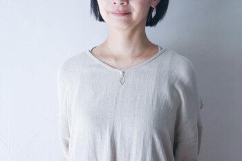 江戸切子の技術で削り出されたひし形のクリスタルとパールの組み合わせが、贅沢でいて繊細なピアスとネックレス。すっきりとしたトップスで存分に引き立てて身につけたいですね。