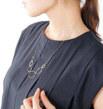 不揃いのリングが連なる、あたたかみのあるデザインネックレス。濃いネイビーのドレスに映える繊細なゴールドが胸元を綺麗に見せてくれます。