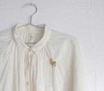 一見アルパカのブローチに見えるけれど、実はリャマ。シンプルな白シャツにつけるだけで、あっという間に華やかに。コンサートや発表会などの場に一緒に連れていきたいかわいさです。