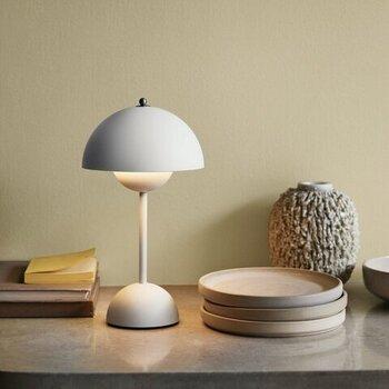 デンマークを代表するデザイナーのヴァーナー・パントンが、1968年にデザインしたテーブルランプです。大小2つの半球が向かい合うシンプルなデザインで、真っ白なライトはどんなシーンにもぴったり。触れるだけで3段階の調光ができるのもポイントです。
