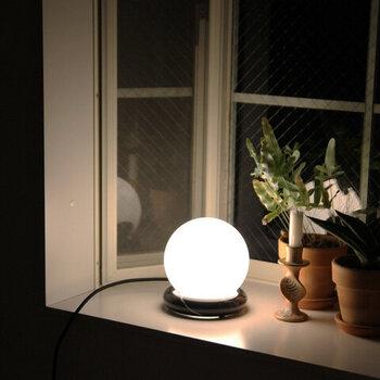 安らぎや急速という意味の「Rest(レスト)」と名付けられた、小ぶりなサイズ感のランプ。テーブルだけでなく、窓辺などに置いて、ぼんやりと光を眺める時間も素敵ですね。大理石の台座とオパールガラスの球体ランプが、何とも言えない魅力を演出してくれます。