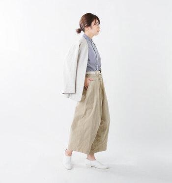 白のレザースリッポンを、シャツ×ジャケットの爽やかスタイルに合わせたコーディネートです。リラックス感のあるワイドパンツと合わせて、きっちりし過ぎない大人のデイリーコーデに仕上げています。さりげなくヒールのあるデザインのスリッポンなら、オフィスカジュアルにも活躍してくれますね。