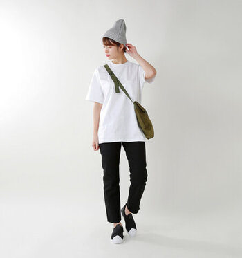 白Tシャツに黒のパンツを合わせた、ベーシックなモノトーンコーデ。シューズも白×黒で揃えて、統一感のある着こなしに仕上げています。ニット帽のグレートショルダーバッグのカーキで、明るくなり過ぎない差し色をプラスしているのがポイントです。