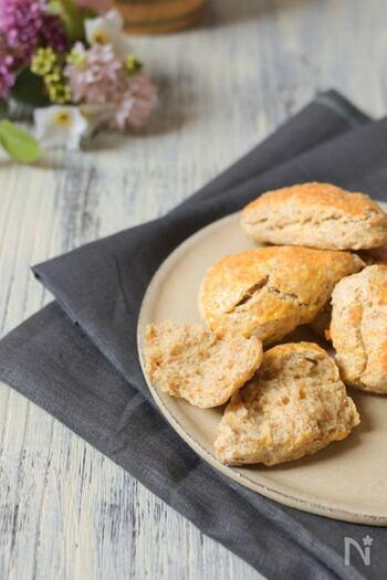 ひとつまみの仕上げの塩がアクセントになったスコーン。全粒粉が入っているのでザクザク感もあり、噛み締める毎、味に奥行きを感じます。メインの一皿に添える食事パンとしても美味しくいただけますよ。