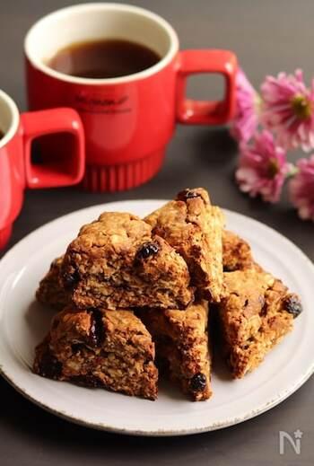 オートミールと米粉をミックスしたスコーンは、ザクザク感とふんわり感両方の食感を楽しめます。フレーバーはコーヒー&クランベリー。コーヒータイムにぴったりです。