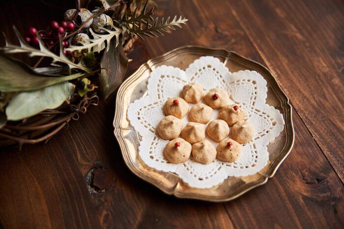 卵白1個分で作れるシナモン風味のメレンゲクッキー。卵1個分の余った卵白で手軽にで。写真のようにピンクペッパーをひと粒飾るのもかわいいですね。