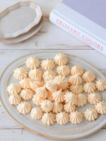 アーモンドプードルを加えて、コクと風味をアップさせたメレンゲクッキー。サクサクで香ばしい味わいがあとを引きます。熱いシロップを加えながら泡立てた、かための仕上がりのイタリアンメレンゲを使用しています。