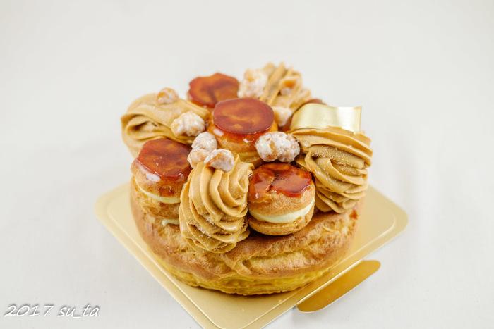 フランスの伝統菓子サントノーレのアイスケーキ。キャラメルにバニラアイス、ナッツ、シュー、パイ生地で包んだサントノーレ。ほんのりした甘さのバニラとキャラメルの塩気が絶妙なバランス。まさにパティシエが作る本格派アイスケーキです*