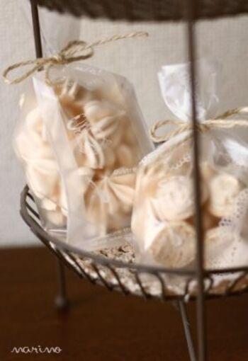 レモンオイルを落として、爽やかな風味をプラスしたメレンゲクッキー。製菓用の粒の細かいグラニュー糖を使っています。