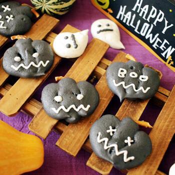 竹炭パウダーを使って、真っ黒なジャックオーランタン風のメレンゲクッキーに。白いオバケも添えて、ハロウィンらしいスイーツにしましょう。