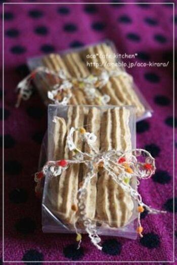 和三盆の上品で優しい甘みがポイントになったココナッツ・メレンゲクッキー。この写真のようにスティック状に絞り出すのもいいですね。
