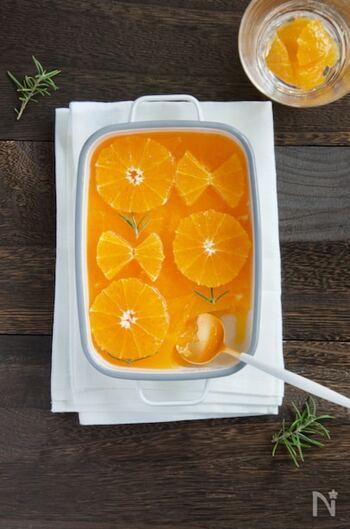 材料はオレンジと砂糖、ゼラチンのみの、オレンジそのままを楽しめるゼリー。様々なオレンジを使った場合の目分量も表示されています。オレンジを絞るのでお子さまとの手作りおやつにぜひ。