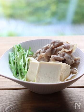 夏の疲れた体におすすめしたいのが、やさしい味わいの豆腐の煮物です。だしをしっかりと効かせて、塩味は控えめにするのがポイント。最後に柚子胡椒を加えて、味を引き締めます。 今回のレシピでは、あっさりめの豚モモを使っていますが、豚バラを使うと脂の甘みとコクが味わえます。お好みの部位で作ってみてくださいね。