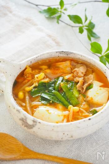 旨辛のキムチスープは、冷房で冷えた体を温めるのにピッタリ。絹ごし豆腐を使うと、つるんと食べられます。味付けには、キムチと味噌のほか、甘辛いコチュジャンを加えると味に深みが出ますよ。