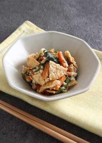 野菜と良質な大豆タンパク質が一緒にとれる白和えは、副菜のレパートリーに加えておくと重宝します。木綿豆腐や野菜類は、しっかりと水を切って、味がぼやけないように気をつけて。こちらのレシピのポイントは、最後にうす焼きのせんべいを加えているところ。せんべいのパリパリ食感が楽しいアクセントになります。