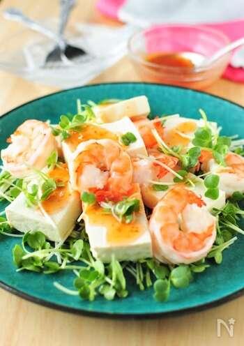 エビとスイートチリソースを合わせて、いつもの豆腐サラダをエスニック風に。ソースには白だしを加えて、やや和風にアレンジしています。豆腐は、そのままならみずみずしくさっぱりとした味わいに、しっかりと水を切ればチーズのようなまったりとした食感が楽しめますよ。