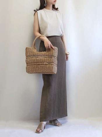 リネン素材のロングスカートは汗をかいても着心地がよく、夏らしい清涼感が。かごバッグなどの夏小物との相性もよいので、ひとつそろえておきたいアイテムです。