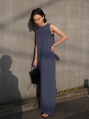 鮮やかなカラーのワンピースが一枚あれば、それだけで大人のきれいめコーデが完成。ブルーのニットワンピースなら、女性らしいラインを強調して凛とした大人らしさを演出します。