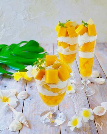 マンゴーの果肉そのままとマンゴープリン、アイスクリームと生クリームが層になったマンゴーパフェ。一番下のマンゴープリンが固まってから重ねていきます。まるでレストランのパフェのように豪華。