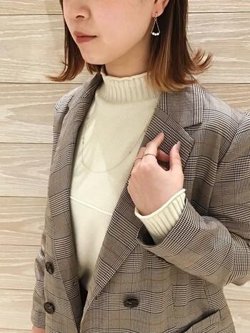 ハンサムなジャケットには、ピンクゴールドのスキンジュエリーで繊細さと女性らしさを。ピンクゴールドは日本人の肌の色にも馴染みがよくおすすめです。