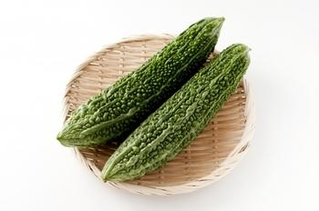 夏になると不思議と「ゴーヤ」の苦さが恋しくなる人も多いのではないでしょうか? 南で育つ野菜だから夏の身体にも嬉しい栄養素がたくさん♪ゴーヤの苦さにはモモルデシンという栄養素が関わっています。モモルデシンは胃の働きを活発にしてくれるため、夏バテ防止におすすめの夏野菜です。