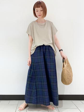 落ち着いたカラーリングのロングスカートにとろみ感のあるプレーンなカットソーをフロントイン。スカートに施されたリンクル(しわ)加工が、ナチュラルな雰囲気を高めてくれます。