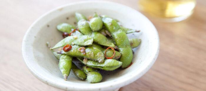 パスタでよくあるペペロンチーノを枝豆で再現。ピリ辛のアクセントと、ニンニクの風味が◎皮に染み込んだにんにくオイルが、枝豆の甘みを引き立たせます。
