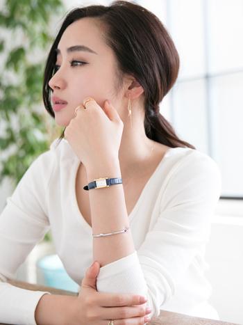 オフィスで重宝する腕時計は、上品なネイビーの細めデザインでブレスレットとしてもおしゃれ。ピアスに見える細身チェーンイヤリングと合わせて華奢見えが叶います。