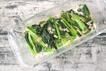 マヨネーズとポン酢のみで味付けできちゃう簡単な小松菜の作り置きです。ツナの味わいが染み込んでいて、さっぱりした小松菜に旨味をプラスしてくれています。冷蔵で約3日ほどの日持ちになります。