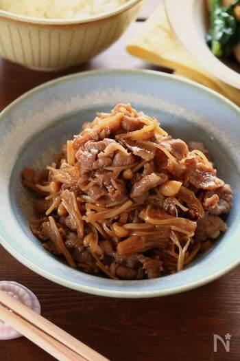しぐれ煮とは、ショウガを効かせた醤油ベースの煮汁で煮込んだ佃煮(つくだに)のこと。ご飯や麺類にのせたり、炒め物に加えたりと、常備しておくといろんな料理にアレンジできます。 牛こま切れ肉のしぐれ煮にえのきだけをプラスして、食物繊維も摂取できる一品に。冷蔵庫で保存すると、1週間程度日持ちするのも嬉しいポイントです。