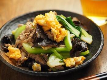 きくらげを豚肉、卵、チンゲンサイと合わせた炒め物です。卵の黄色とチンゲンサイの緑に、黒っぽいきくらげが入ることで、見た目もぐっと引き締まります。  ふわふわ卵とシャキシャキのチンゲンサイ、ジューシーな豚肉、さらにコリコリのきくらげと食感の違いも楽しい炒め物。それぞれの食材に火を通し過ぎないように気を付けましょう。