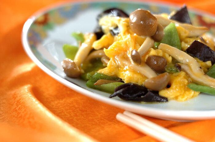 野菜もたっぷり入ったきくらげの卵炒め。これひと皿で、タンパク質や食物繊維、カリウムやビタミンCなどさまざまな栄養素が摂れます。きくらげとピーマン、しめじの大きさを揃えると、食べやすくなりますよ。ピーマンもしめじも火を通すと、くったりとするので、あまり小さくしすぎないように。