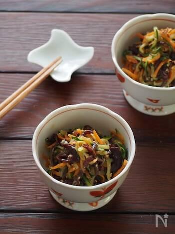 すりごまをたっぷりと入れた中華風のサラダです。きくらげ、きゅうり、にんじんは長さ、太さを揃えるように千切りにすると、見栄えがよくなりますし、調味料も均一に絡みます。  ポン酢のさっぱり味は、食卓にひとつあると嬉しいお味。献立のアクセントにもなりますね。